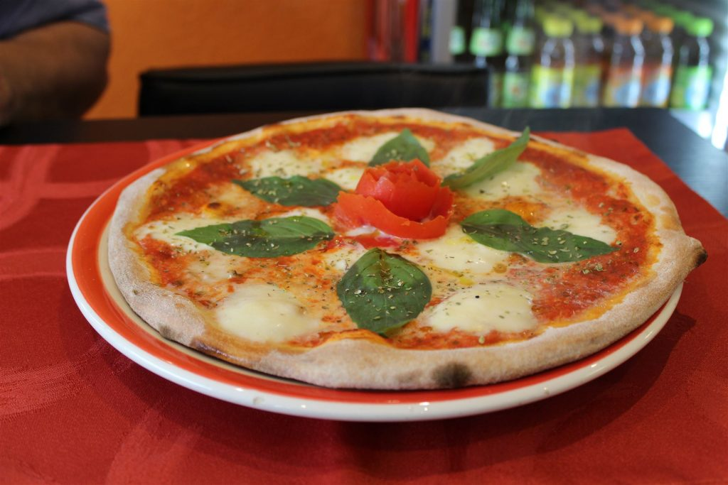 Pizza Caprese - Tomaten, Käse, Basilikum, Mozzarella & frischer Tomate.