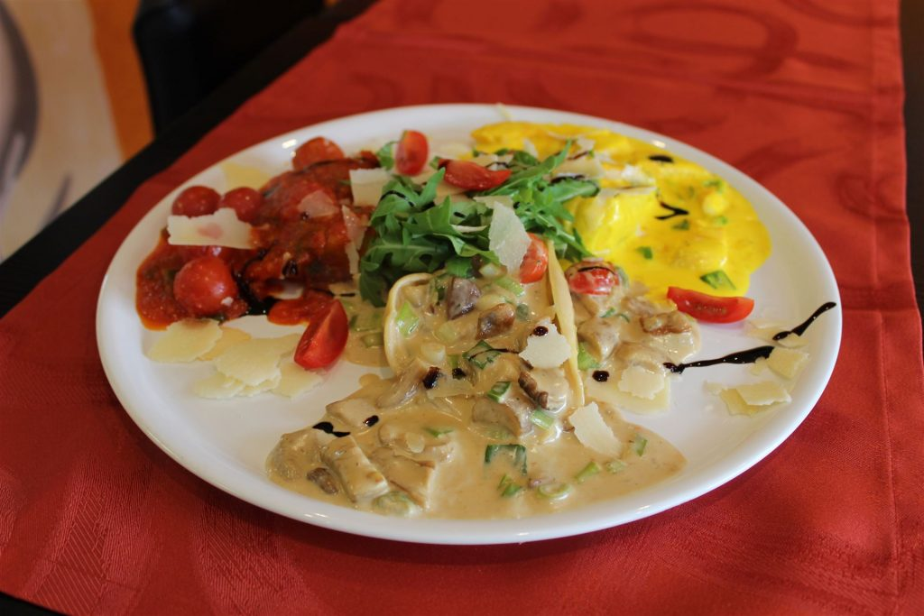 Pasta Mista - Hausgemachte Tortelloni, Lachs, Steinpilze, Ricottaspinat und verschiedenen Soßen.